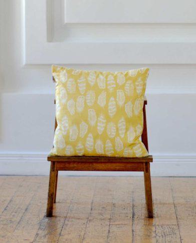 Квадратная подушка для декора «Перышки латунь»
