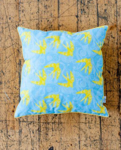Декоративная подушка «Лимонные ласточки»