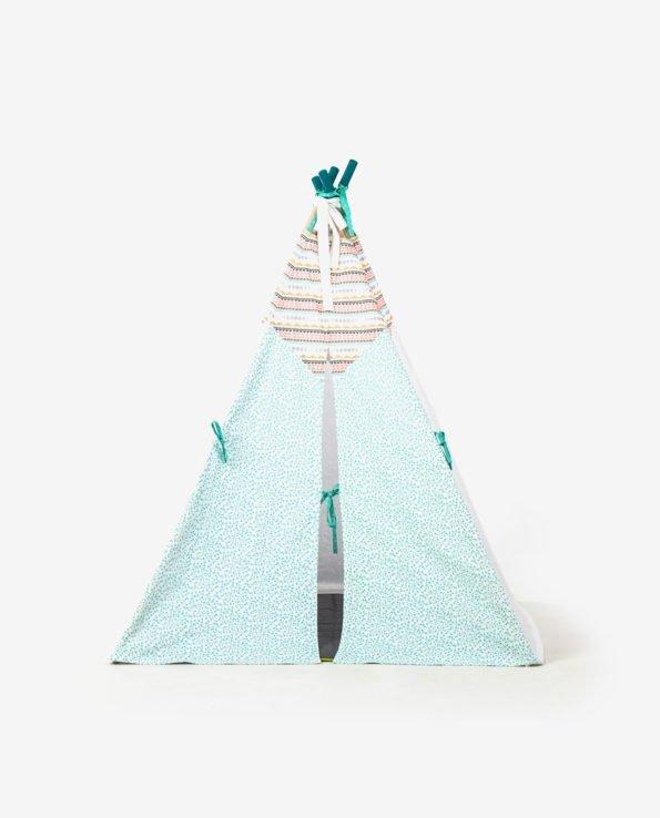 Вигвам-палатка индейцев - вид спереди