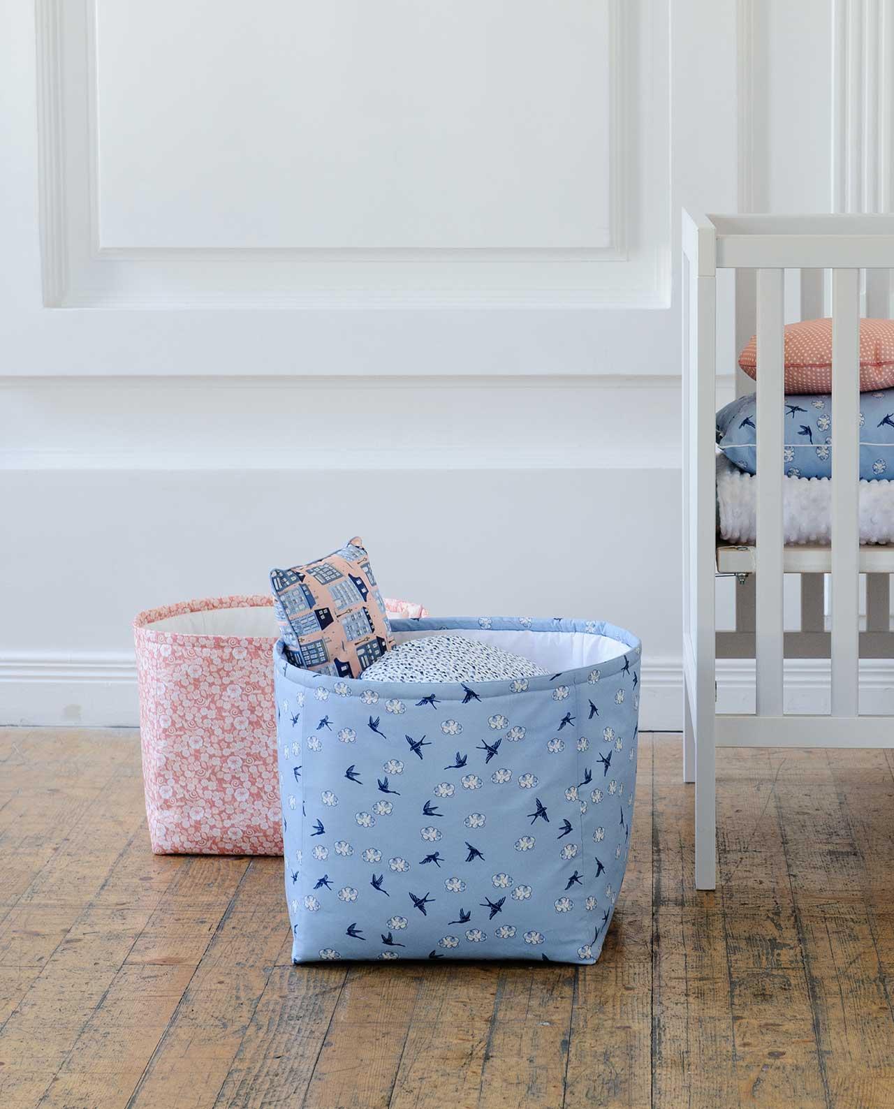 Декоративная корзина для игрушек из ткани «Ласточки»