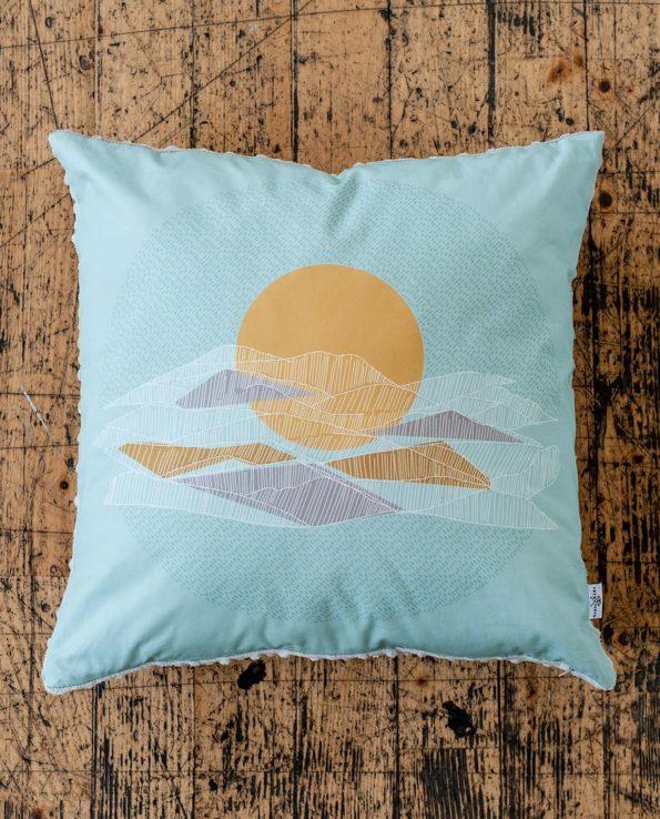 Квадратная декоративная подушка «Закат в горах»
